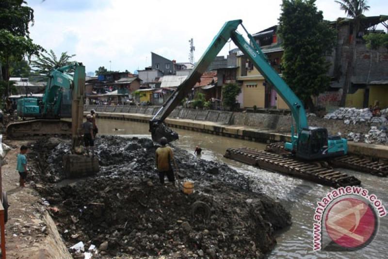 Sudin SDA Jakpus menormalisasi tiga sungai besar antisipasi banjir