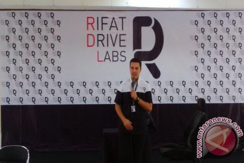 Pebalap Rifat Sungkar Luncurkan Rifat Drive Labs