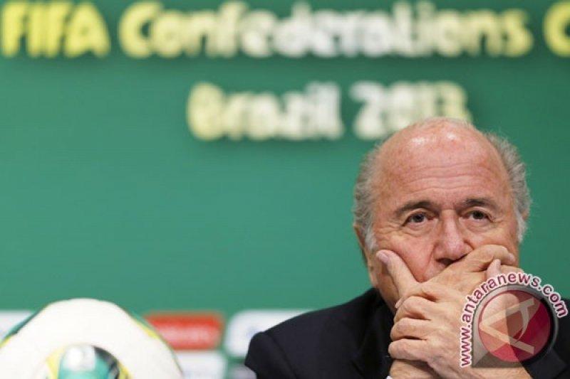 Komedian Lee Nelson Ditahan setelah Siram Blatter dengan Uang Palsu