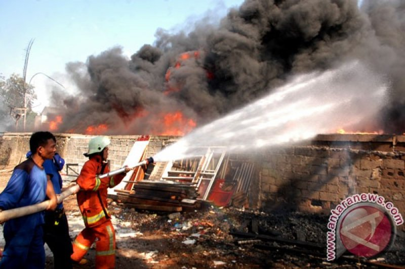21 unit damkar padamkan kebakaran gudang karpet Kapuk Muara