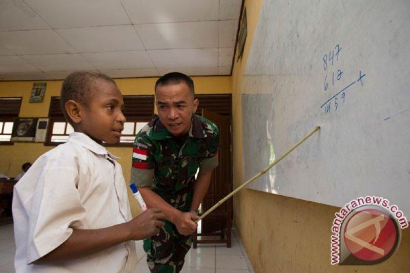 Prajurit TNI bantu mengajar di sekolah perbatasan RI-PNG