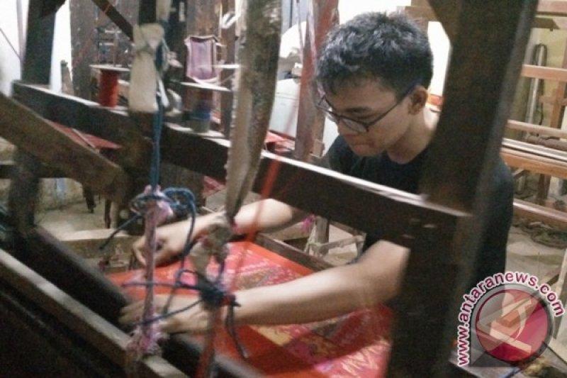 Penenun songket muda yang kian langka