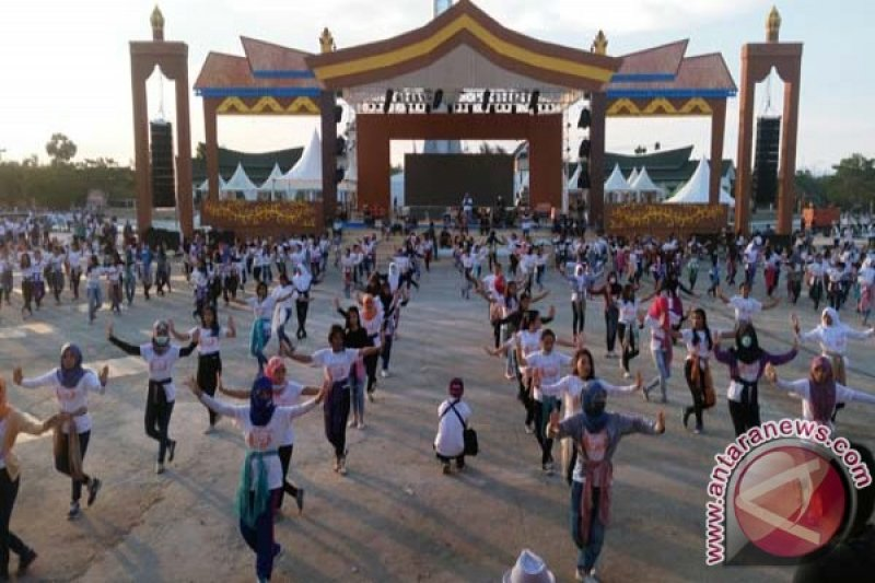 Tarian Kolosal Meriahkan Festival Keraton Di Kendari