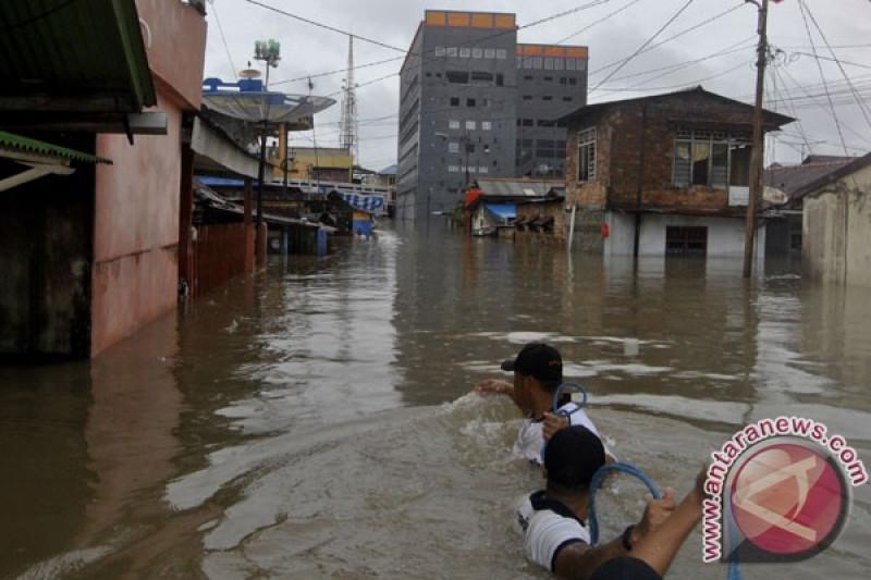 BPBD evakuasi ratusan korban banjir di Desa Kayu Besi