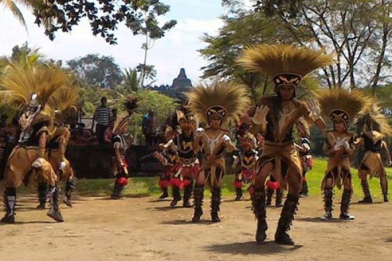 Tarian Topeng Ireng Meriahkan Pariwisata Candi Borobudur