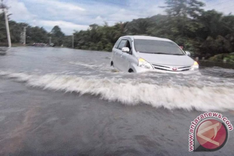 Jalur Trans Sulawesi menuju Morowali Utara diterjang banjir