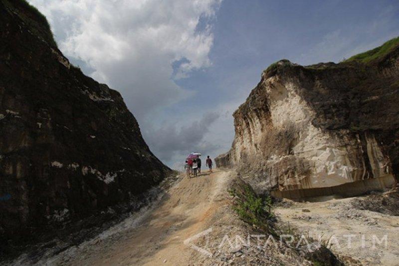 Tertimpa reruntuhan batu, penambang di Bangkalan berhasil dievakuasi