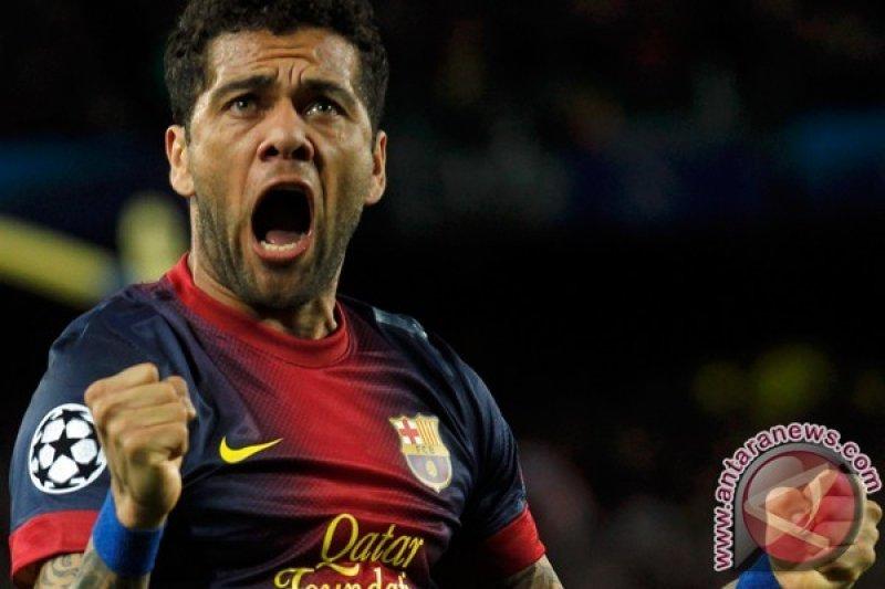 """Absen di Piala Dunia, Alves minta penggemarnya  tegar """"Jangan menangisi saya"""""""