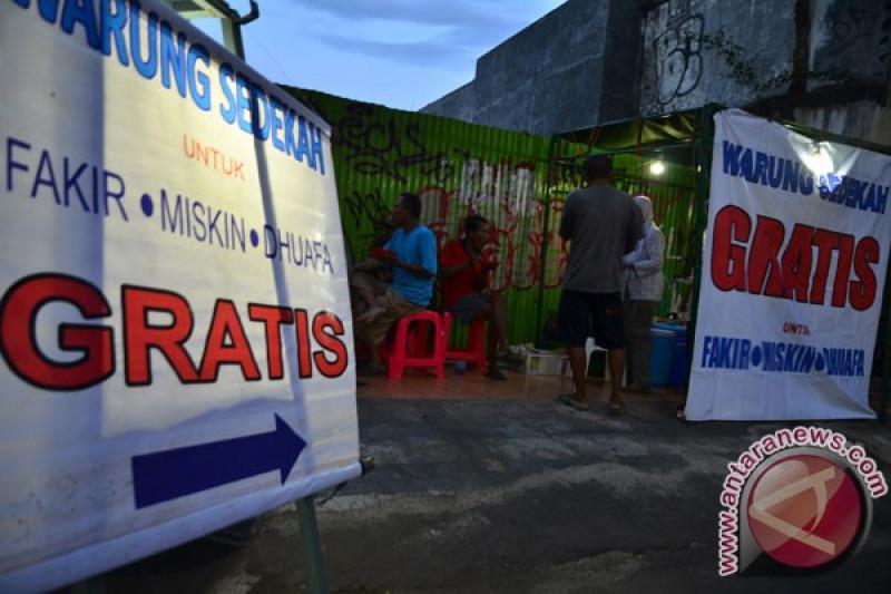 Polsek Sungailiat salurkan bantuan nasi bungkus gratis
