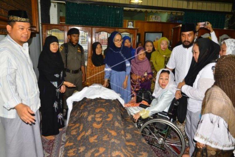 Sinta Wahid Hadiri Pemakaman Siti Fatimah