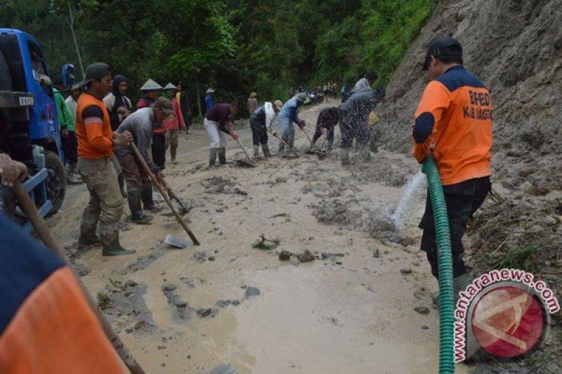 Longsoran tebing menutup jalan antar-desa di Magetan