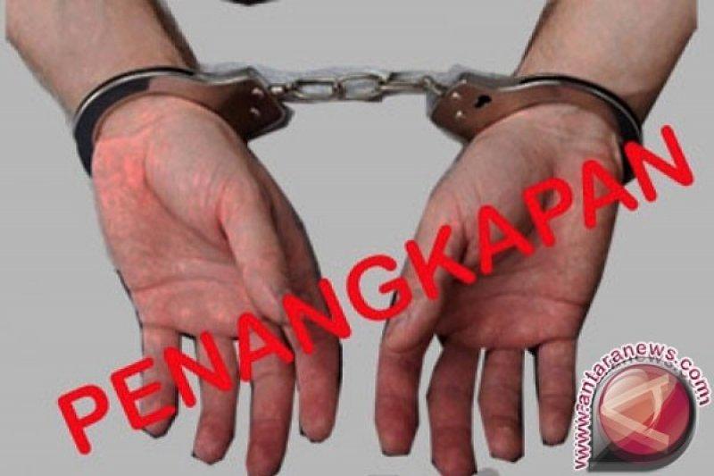 """polisi tangkap pelaku pencurian uang nasabah modus """"gembos"""" ban"""