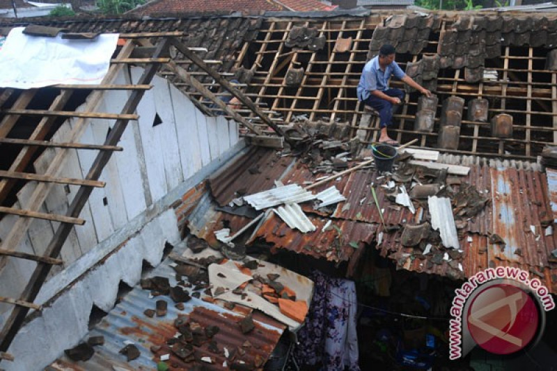 Enam rumah rusak karena puting beliung di Sumbar, terjadi banjir juga