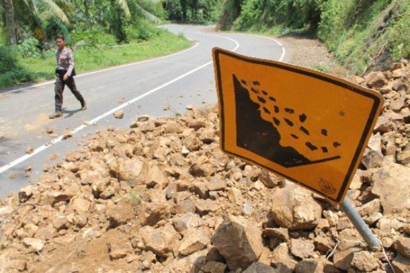 Timbunan Longsor Setinggi 8 Meter Tutup Jalan Karangpucung-Bumiayu