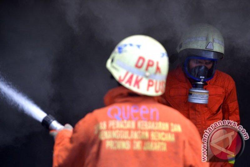 Petugas berhasil padamkan belasan kios terbakar di Terminal Senen
