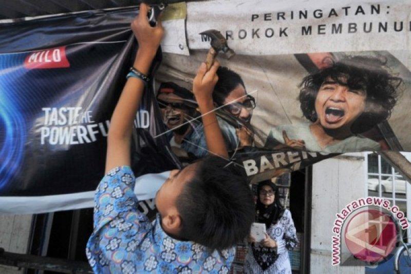 Pelajar SMP 20 Padang Copot Spanduk Rokok
