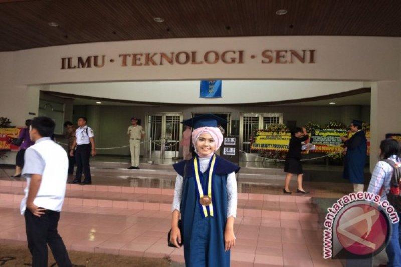 Andika Septya Kusumawardani Menjadi Wisudawan Termuda ITB