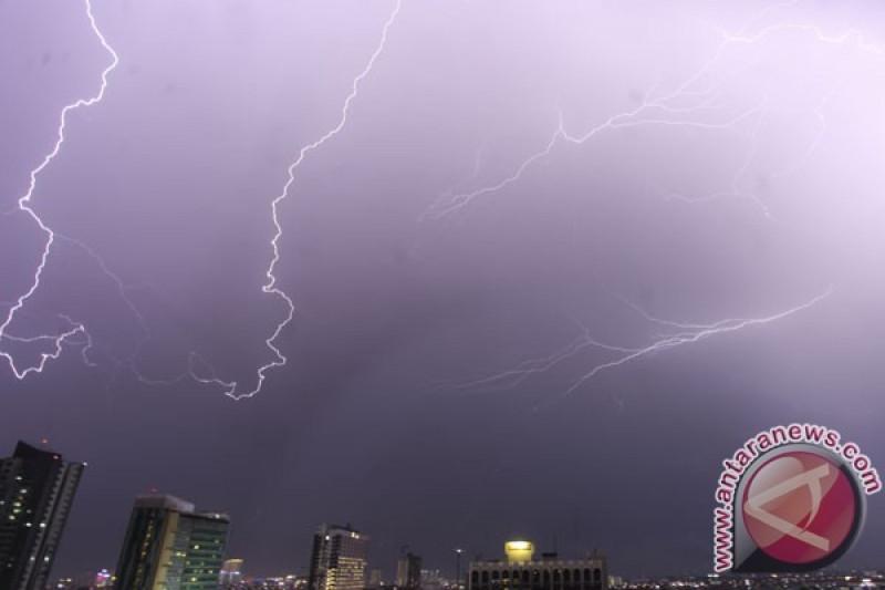Sebagian wilayah Jakarta diperkirakan hujan petir pada Selasa sore