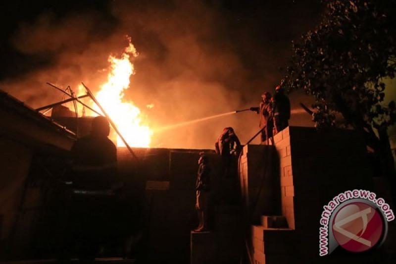 Sebuah kios bensin terbakar di Koja