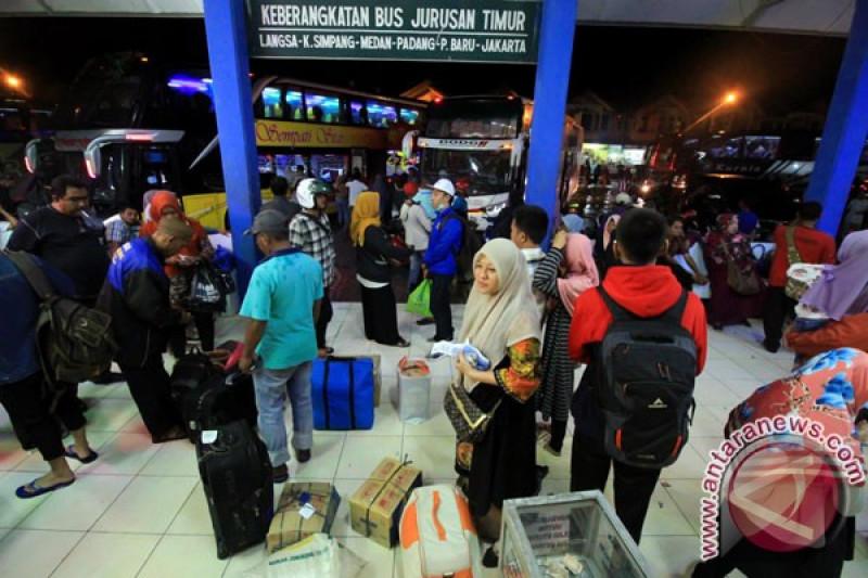 Kedatangan bus ke terminal Lhokseumawe mulai ramai