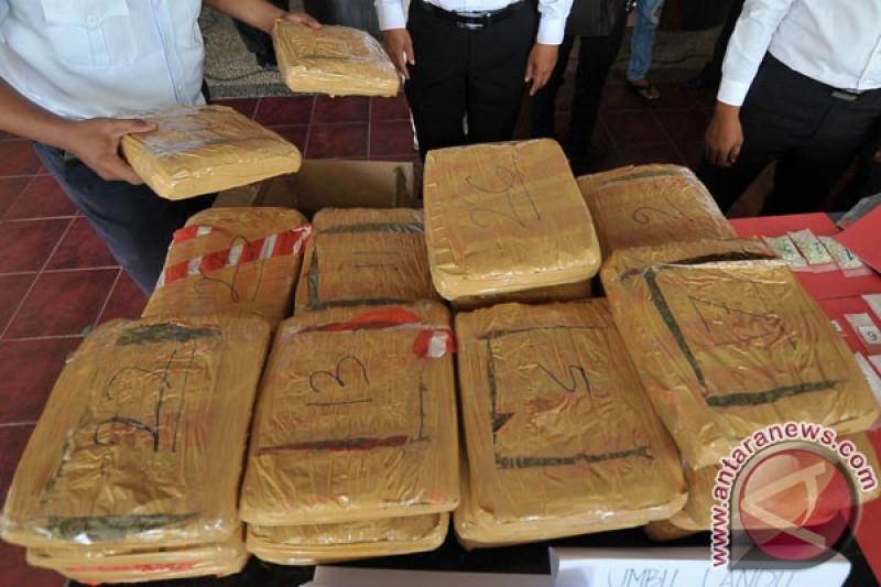 Polisi sita 30 bal ganja di pekarangan Masjid Baitul Kiram, Aceh Timur