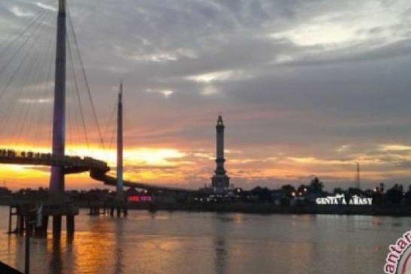 Menghabiskan Senja Di Jembatan Gentala Arasy, Jambi