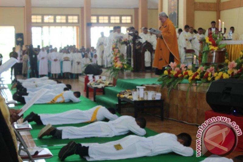 Uskup Manokwari Tahbis 12 Imam Katolik