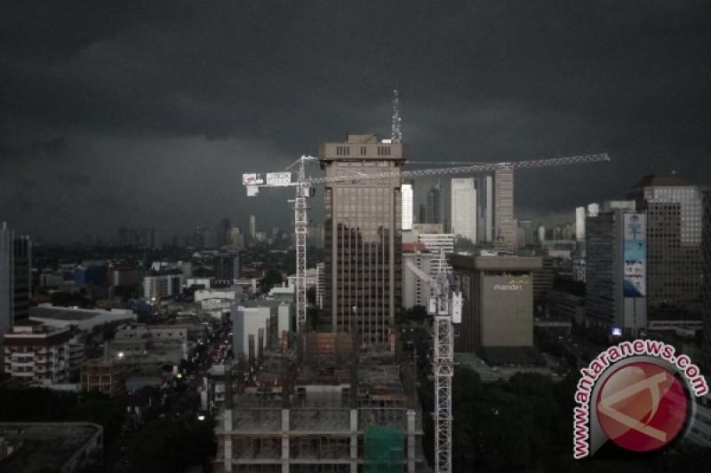 Sebagian Jakarta diguyur hujan Senin (7/1) pagi