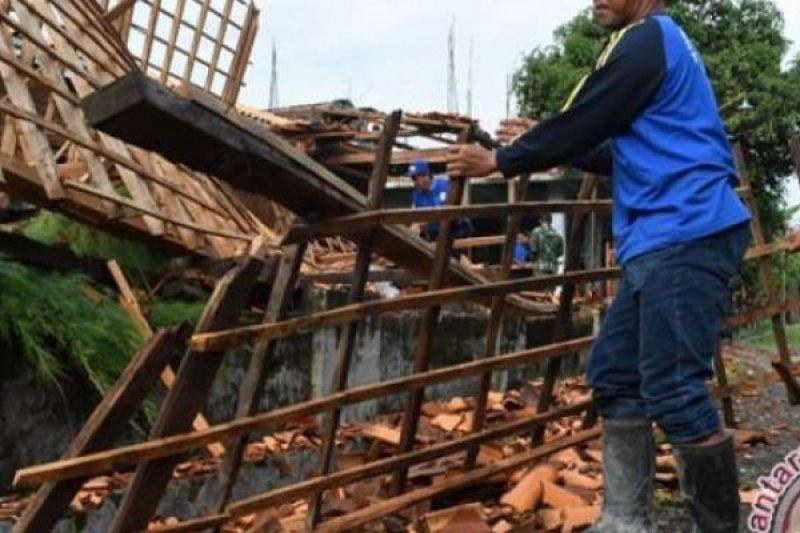 Akibat Cuaca Ekstrim, Tiga Rumah Di Bengkalis Porak Poranda