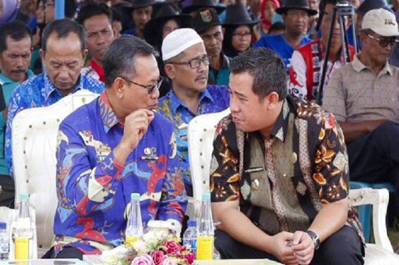 Bupati Pesawaran Gunakan Hak Pilih di TPS 21 Tanjungkarang Timur