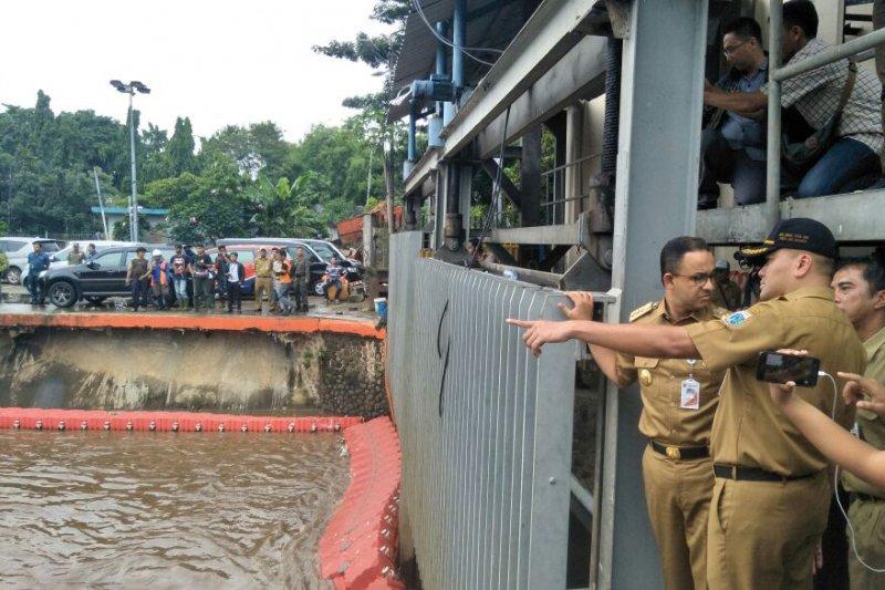 Pintu Air Pasar Ikan Jakarta masuki level kritis