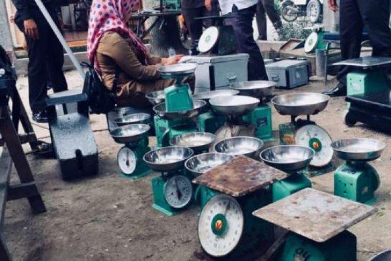 Tera Timbangan Sejumlah Pasar, Disperindag Pekanbaru Tegur Pedagang yang Tidak Sesuai Takaran