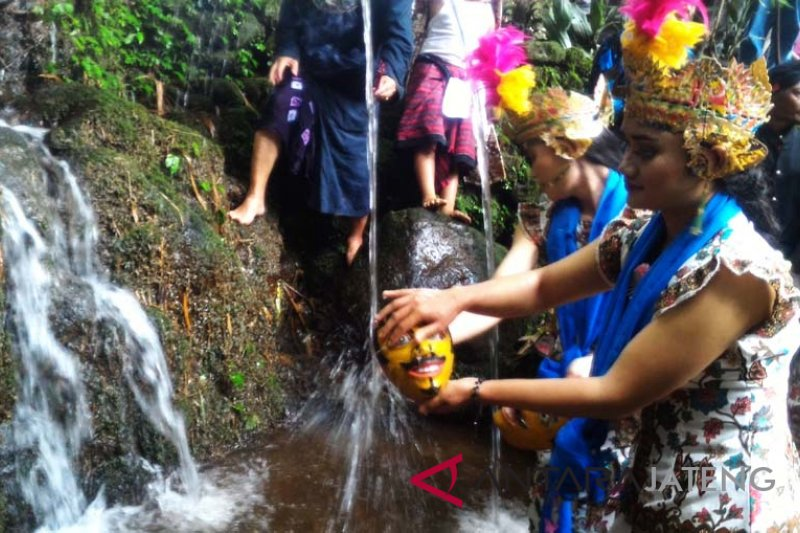 """Warga Gunung Sumbing ritual """"Jamasan Topeng Lengger"""""""