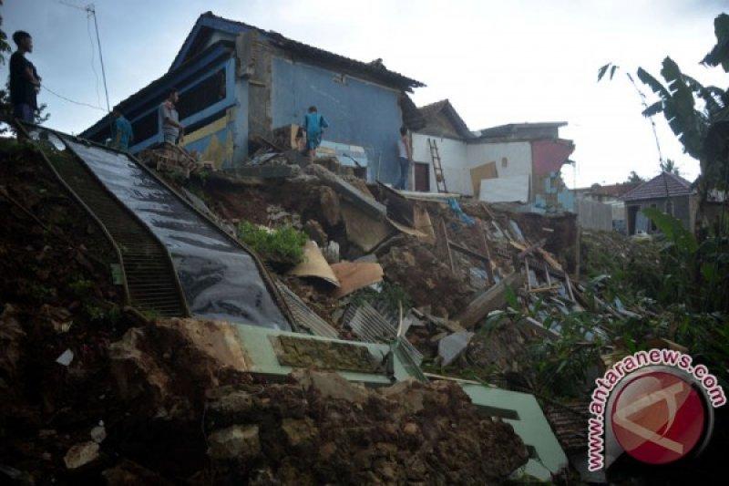 Empat korban longsor disemayamkan di rumah  kerabat