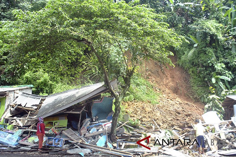 Tiga rumah rusak akibat longsor di Sukanagara