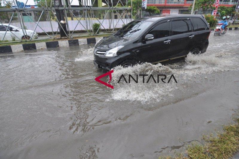 Kota Palu diguyur hujan deras, sebagian jalan tergenang