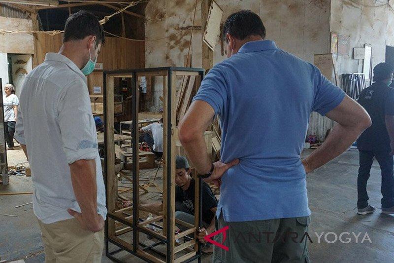 JIFFINA memfasilitasi pembeli mancanegara tinjau pembuatan mebel