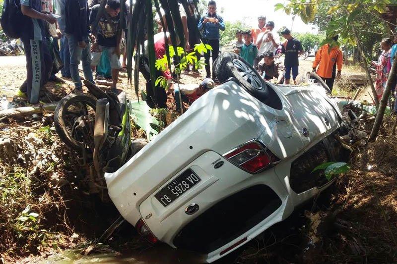 Seorang pengendara motor tewas di parit setelah terseret mobil