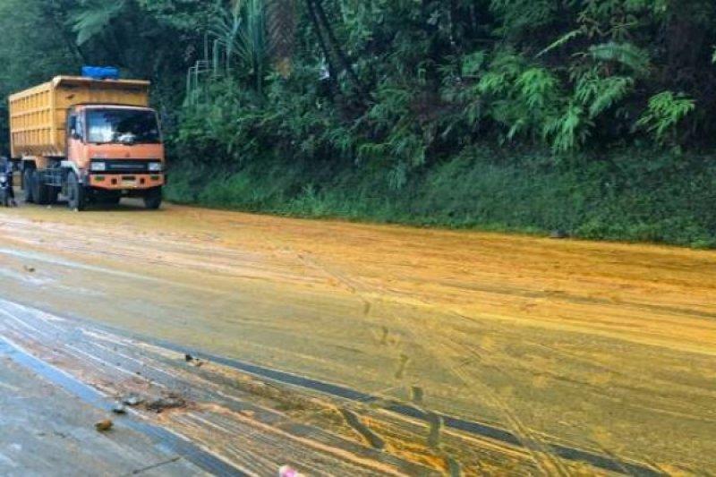 Truk Terbalik, Sopir Tewas dan Minyak Sawit Tumpah di Jalan Padang-Solok