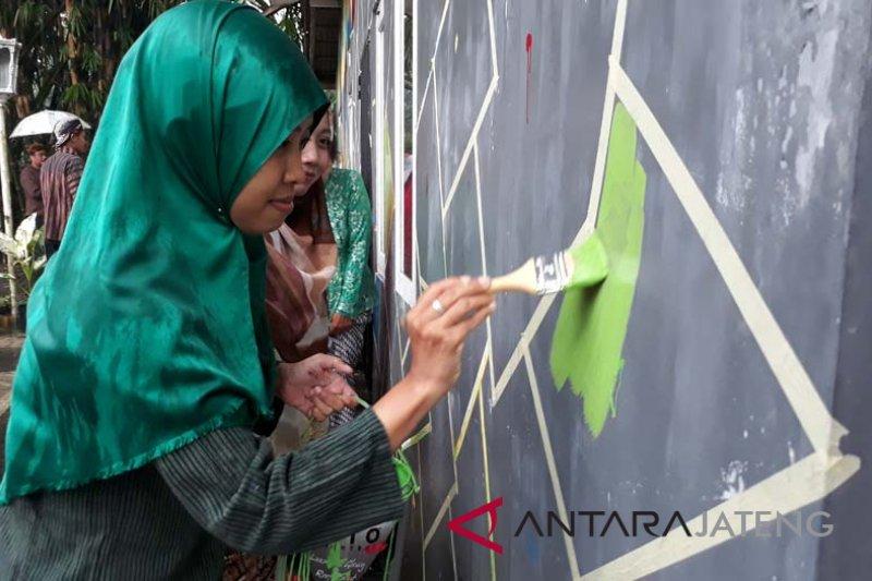 """Para ibu membangun """"Kampung Pelangi"""" saat Hari Kartini"""