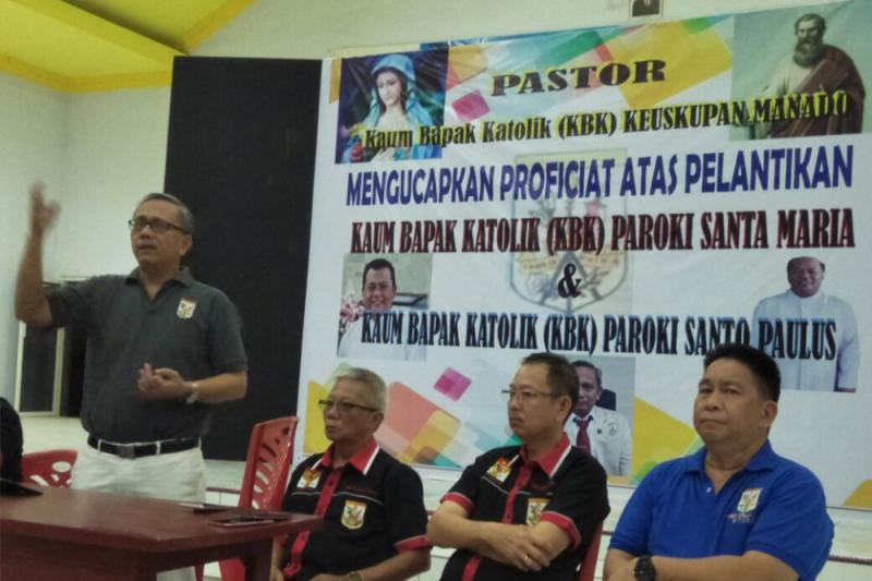 Ketua KBK Keuskupan Manado saat melantik pengurus KBK Palu Foto Page 1