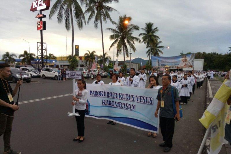 Prosesi pembukaan Yubileum 150 tahun di Kevikepan Manado Foto Page 1