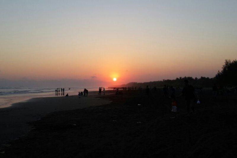 Matahari terbenam di Pantai Cemara Sewu Cilacap