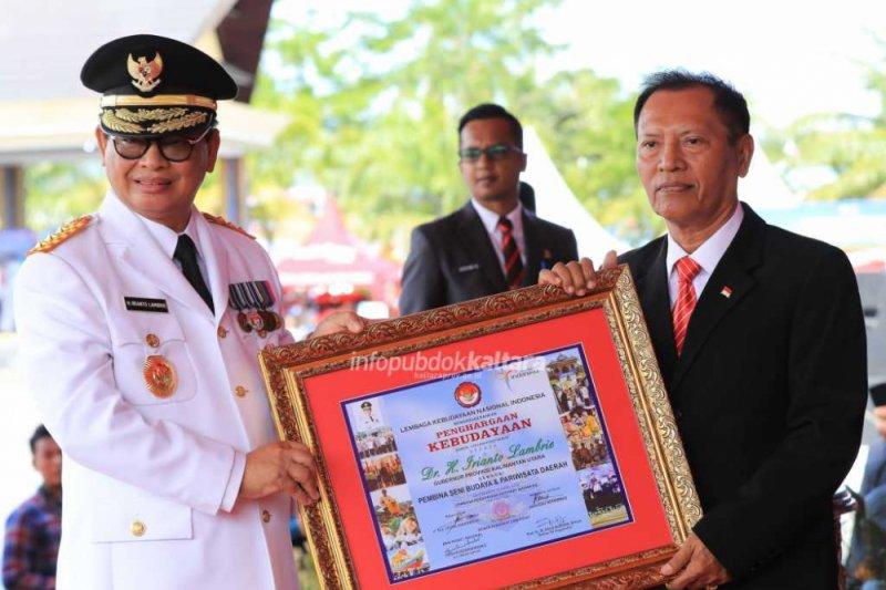 Gubernur Raih Penghargaan Kebudayaan