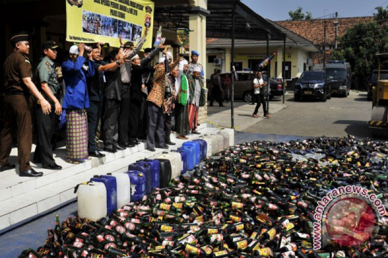 Polres Bogor musnahkan ribuan botol minuman keras dan petasan