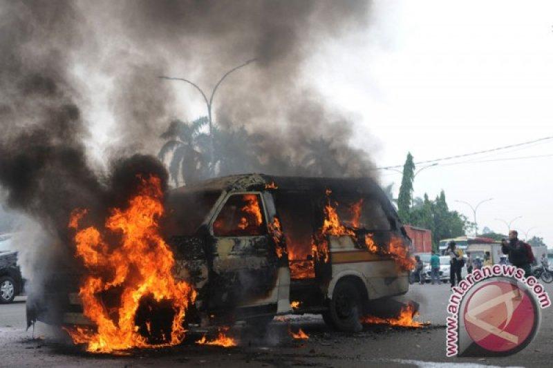 Angkutan Kota Lawang-Bukittinggi terbakar, tak ada korban jiwa