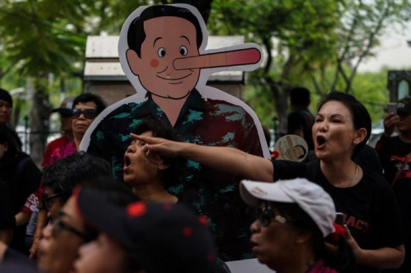 Thailand bekukan izin TV yang terkait mantan PM Thaksin