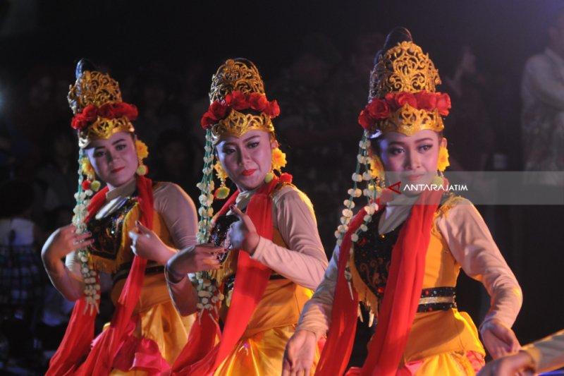 Tim tari dan musik tradisional Indonesia tampil di panggung Disneyland Paris
