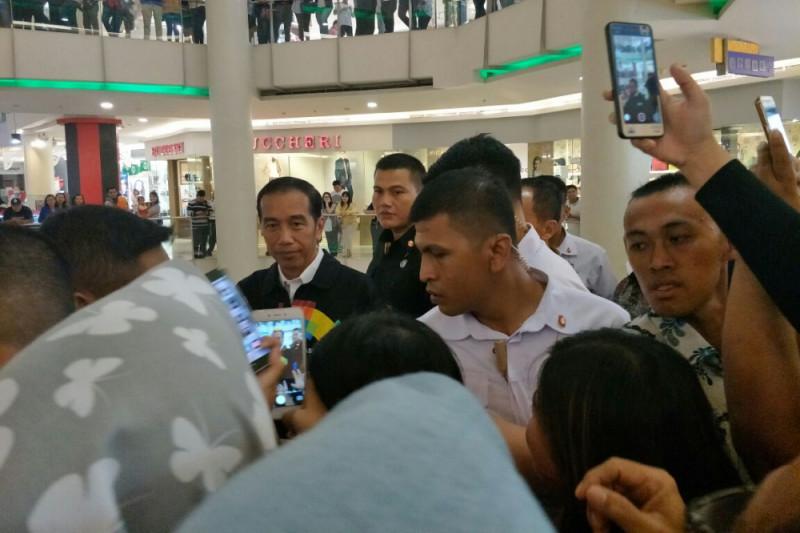 Presiden Jokowi blusukan ke mal di Pekanbaru