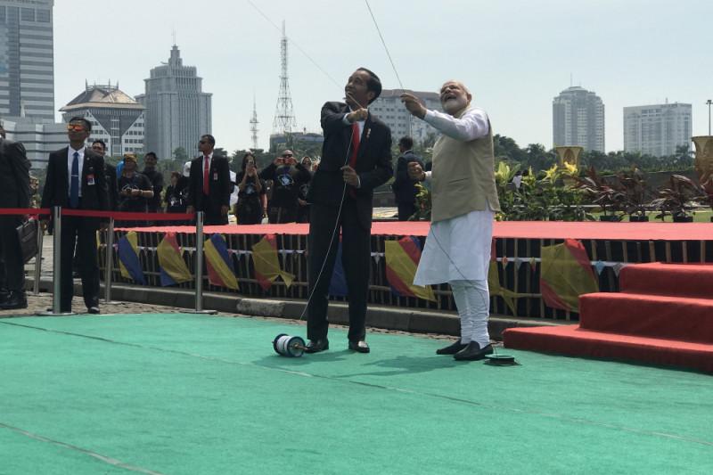 Jokowi dan Modi terbangkan layang-layang di Monas
